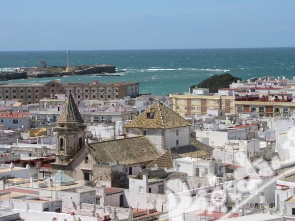 Испански език, плаж и слънце в историческия град Кадис!